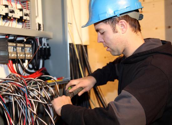 Особенности составления трудового договора с электриком