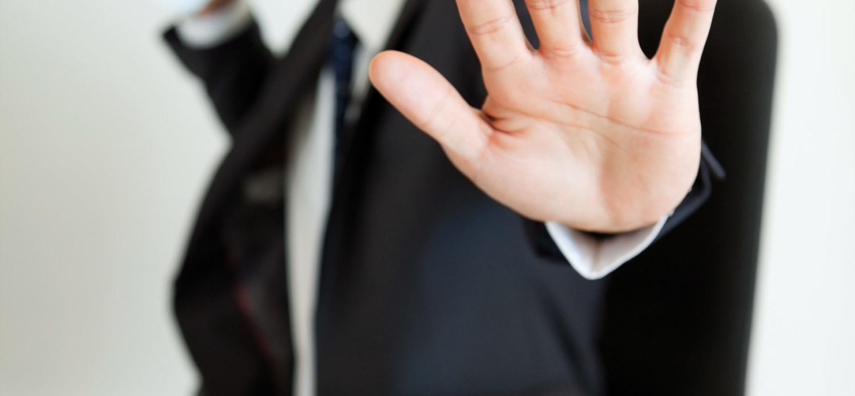Как уволить сотрудника за отказ работать в новых условиях?
